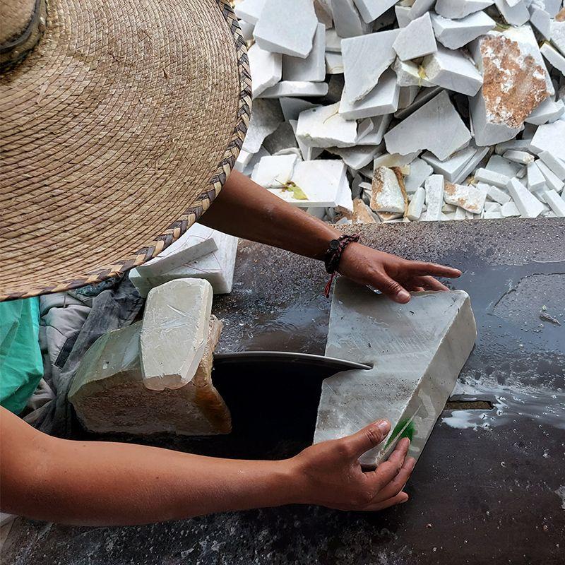 fabricando urnas para cenizas de mármol